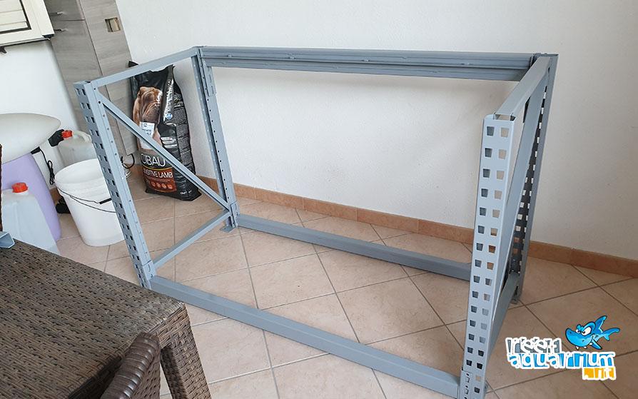 Fase 2: Inizia l'assemblaggio del supporto in acciaio verniciato a polvere che sosterrà la vasca