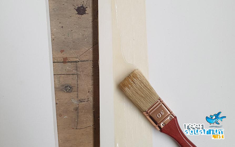 Stendere la colla tangit con un pennello