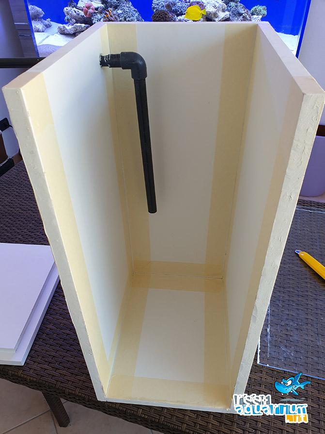 La vasca incollata pronta per essere siliconata nelle giunzioni