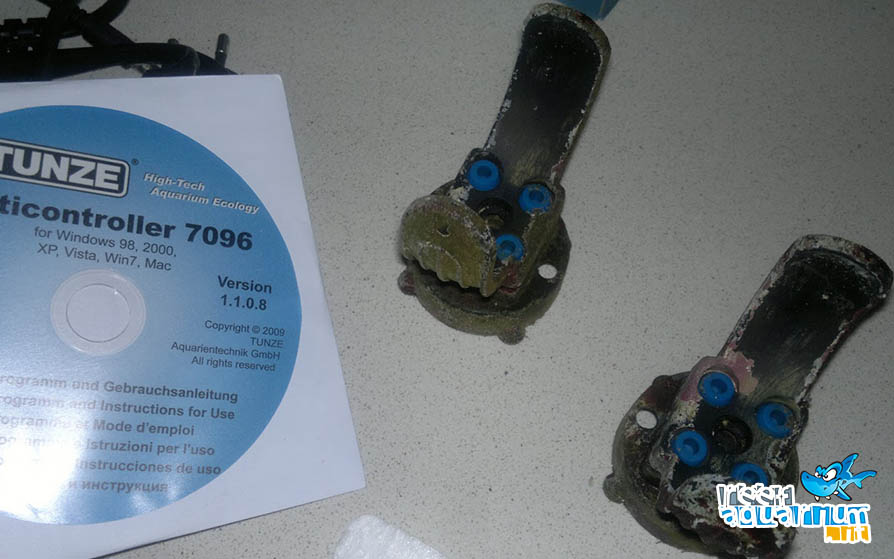 Supporti magnetici delle pompe visibilmente incrostati