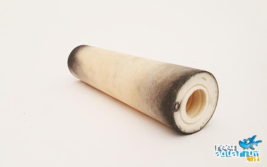 Filtro a sedimenti collocato dopo il filtro a carboni. In evidenza le microparticelle di carbone catturate dalla membrana.